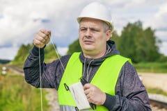 De arbeider van spoorwegmaitenence met kabel Royalty-vrije Stock Fotografie