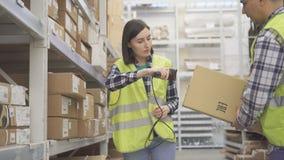 De arbeider van de vrouwenopslag tast de scanner van de productstreepjescode af royalty-vrije stock afbeeldingen