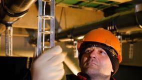 De arbeider verbindt met de hand glanzend deel met aardgasleiding stock videobeelden