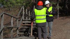 De arbeider verklaart dichtbij de vastgestelde taak aan het gebroken houten spoor stock videobeelden