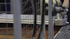 De arbeider verwijdert aluminiumradiator uit het water - bad het proces om radiators te vervaardigen stock video