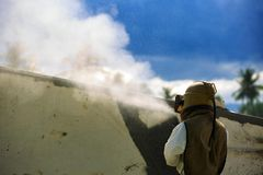 De arbeider is verwijdert verf door het zand te vernietigen van de luchtdruk Stock Foto's