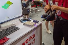 De arbeider voert 3D aftastenmeting uit royalty-vrije stock foto