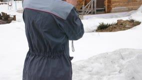 De arbeider voert een inspectie van het huis uit thermische imager Om verliezen van hitte te zoeken Strijd tegen stock videobeelden