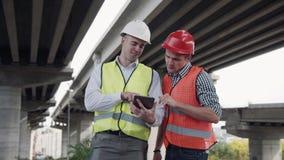 De arbeiders bespreekt een project stock afbeelding
