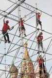 De arbeiders bevestigen vakantiedecoratie op het Rode Vierkant in Moskou Stock Foto's