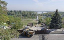 De arbeiders bouwen een voettrap aan Don River op een samenvatting Stock Foto