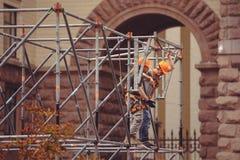 De arbeiders bouwen steiger voor de bouw van een stadium op Khreshchatyk in Kiev royalty-vrije stock afbeelding