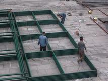 De arbeiders in bouwwerf in lassen Stock Foto's