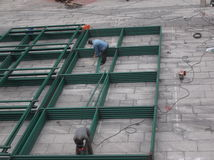 De arbeiders in bouwwerf in lassen Royalty-vrije Stock Foto