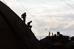 De arbeiders dalen Boudhanath Stupa tijdens reparaties in Katmandu Royalty-vrije Stock Foto