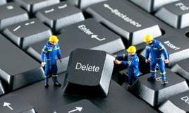 De arbeiders die aan een computer werken tikken in Stock Afbeelding