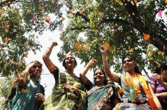 De arbeiders die van de Bjppartij tijdens de verkiezing in India vieren Royalty-vrije Stock Afbeeldingen