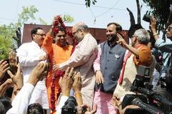 De arbeiders die van de Bjppartij tijdens de verkiezing in India vieren Stock Foto