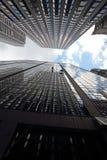De arbeiders die van het onderhoud buiten een wolkenkrabber beklimmen Stock Afbeeldingen