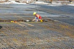 De arbeiders doen de bouw van staalbars Stock Afbeelding