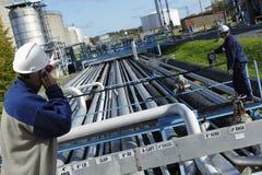De arbeiders en de brandstof van de raffinaderij Stock Fotografie