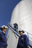 De arbeiders en de brandstofopslag van de raffinaderij Stock Afbeelding