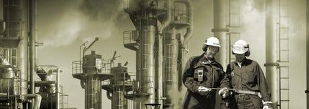 De arbeiders en de industrie van de raffinaderij royalty-vrije stock foto