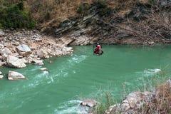 De arbeiders gaan over de Yangtze-rivier in Tiger Leaping Gorge in Yunnan, Zuidelijk China over stock foto's