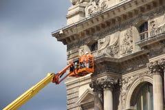 De arbeiders handhaven de voorzijde van het Museum van het Louvre stock afbeeldingen