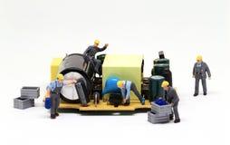 De arbeiders herstellen computermicrochip Miniatuurarbeidersbeeldje Werk in uitvoering macrofoto stock afbeelding