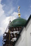De arbeiders herstellen kerkkoepel Stock Foto's