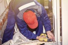De arbeiders installeren plastic de bouw van het venstershuis reparatie royalty-vrije stock fotografie