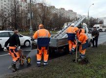 De arbeiders installeren verkeersteken op straat van Moskou Royalty-vrije Stock Afbeelding