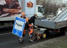 De arbeiders installeren verkeersteken op straat van Moskou Royalty-vrije Stock Fotografie
