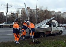 De arbeiders installeren verkeersteken op straat van Moskou Royalty-vrije Stock Foto's