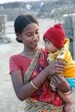 De arbeiders leven met hun families binnen de baksteenfabriek in Sarberia, India stock foto