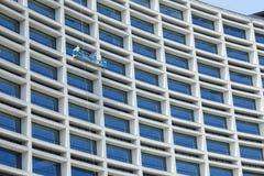 De arbeiders maken buiten glazen schoon Stock Afbeeldingen