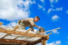 De arbeiders maken een dak in een buitenhuis royalty-vrije stock afbeeldingen