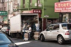 De arbeiders maken goederen van een vrachtwagen in Chinatown in San Francisco, Californië, de V.S. leeg stock afbeelding