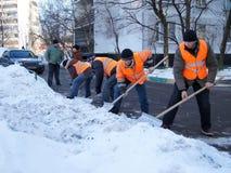 De arbeiders maken sneeuw schoon Royalty-vrije Stock Fotografie