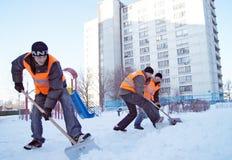 De arbeiders maken sneeuw schoon Stock Afbeelding