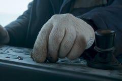 De arbeiders` s hand op het controlebord Beheer van materiaal in de werkplaats royalty-vrije stock afbeeldingen
