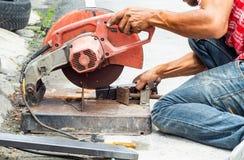De arbeiders snijden staal Met staal scherpe hulpmiddelen royalty-vrije stock afbeelding