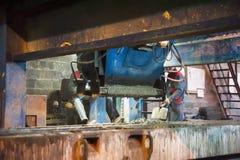 De arbeiders stelt machine met troffels in werking Royalty-vrije Stock Foto's