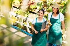 De arbeiders van de bloemmarkt stock foto