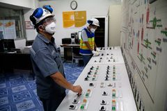 De arbeiders van de cementfabriek royalty-vrije stock afbeeldingen