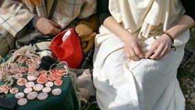 De arbeiders van Dacianvrouwen maakt een demonstratie van het maken van juwelen op een klassieke manier stock footage