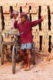 De arbeiders van de baksteenfabriek royalty-vrije stock afbeelding