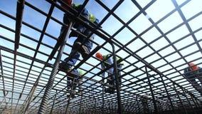 De Arbeiders van de bodemmening in Helmentribune op het Karkas van het Metaalnet stock video