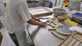 De Arbeiders van de broodfabriek Meten die en het Snijden Deeg Rolling stock video