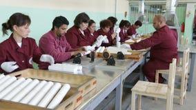 De arbeiders van de het arsenaalproductie van wapenwapens stock video