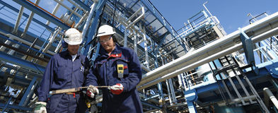 De arbeiders van de olie en pijpleidingsbouw stock afbeeldingen
