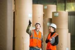 De arbeiders van de papierfabriekfabriek Stock Foto's