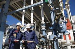 De arbeiders van de raffinaderij en de olieindustrie stock fotografie
